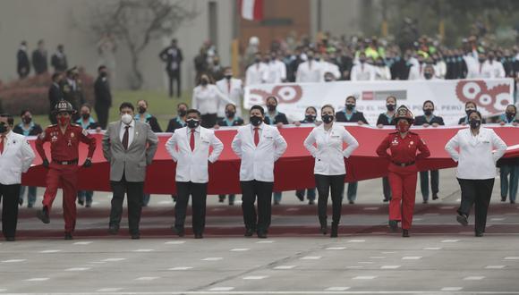 Un grupo de médicos encabezó la presentación de la compañía denominada Pongo el hombro por el Perú durante el Desfile Militar. (Foto: Renzo Salazar @photo.gec)