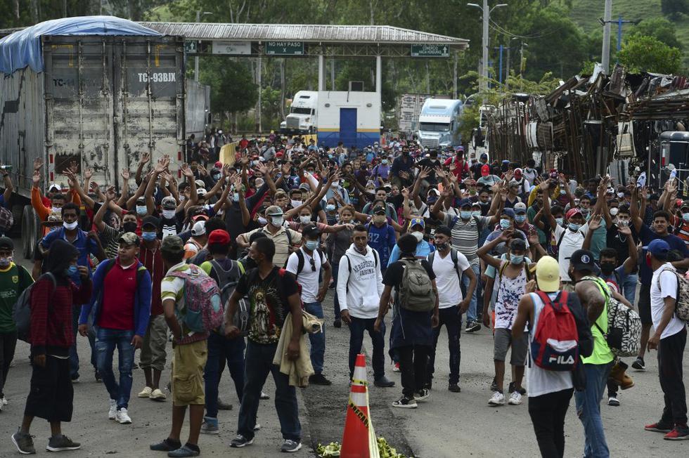 Huyendo de la pobreza que se ha agravado con el coronavirus, miles de hondureños, en su mayoría hombres y mujeres jóvenes con niños y mochilas al hombro, iniciaron el miércoles, desde la ciudad norteña San Pedro Sula, una nueva caravana rumbo a Estados Unidos. (Foto: ORLANDO SIERRA / AFP)