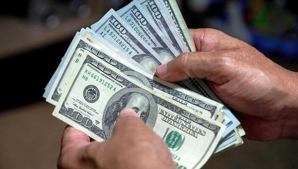 """El """"dólar blue"""" se cotizaba en 153 pesos en Argentina este martes. (Foto: AFP)"""