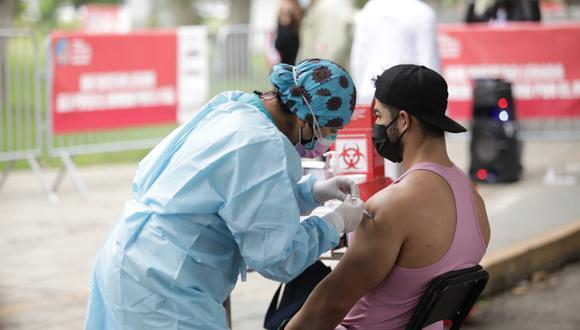 Es una obligación mostrar la jeringa con la dosis correspondiente de vacuna antes de inocularla al adulto mayor o la persona que le toque, señala el Minsa (Foto: Britanie Arroyo / @photo.gec)