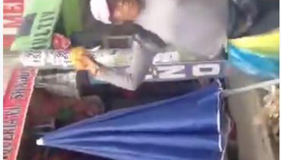 Facebook: Video muestra pelea de ambulantes contra taxista