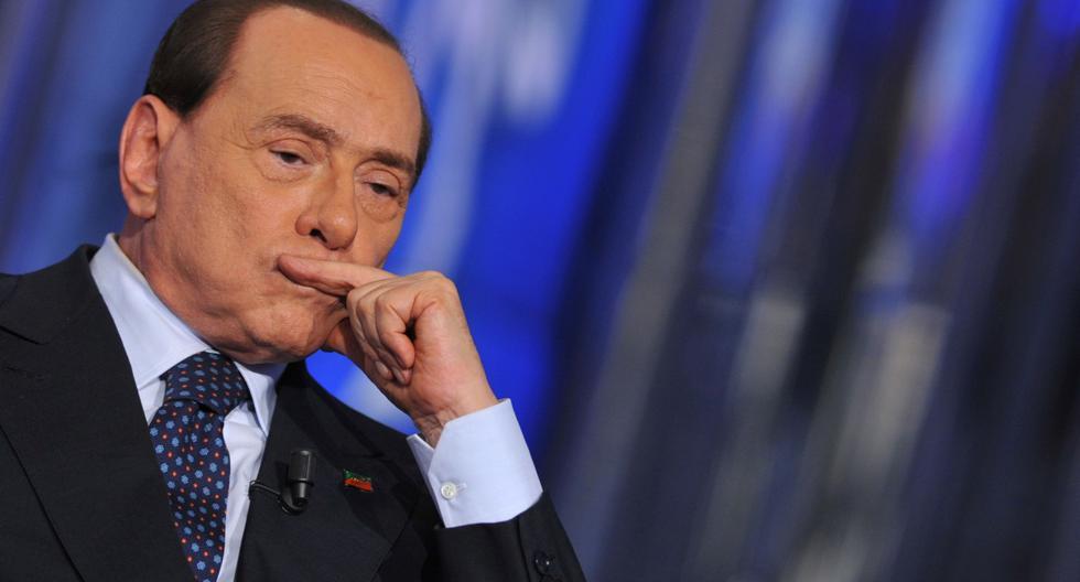 """Esta foto de archivo tomada el 24 de abril de 2014 muestra al ex primer ministro italiano Silvio Berlusconi asistiendo al programa de televisión """"Porta a Porta"""" en la sede de Rai 1. (AFP / TIZIANA FABI)."""