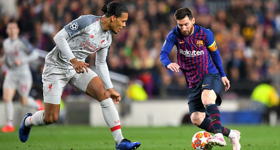 BARCELONA, SPAIN - MAY 01: Virgil van Dijk of Liverpool looks on as Lionel Messi of Barcelona controls the ball  during the UEFA Champions League Semi Final first leg match between Barcelona and Liverpool at the Nou Camp on May 01, 2019 in Barcelona, Spain. (Photo by Michael Regan/Getty Images)