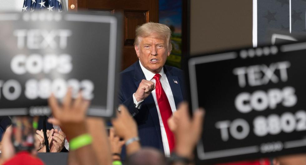 Imagen referencial. El presidente de Estados Unidos, Donald Trump, levanta el puño mientras pronuncia un discurso en Nueva Jersey, el 14 de agosto de 2020. (AFP / JIM WATSON).