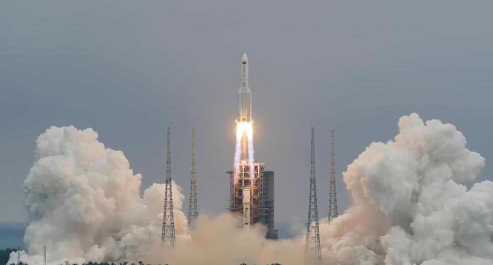 Así fue el despegue del cohete chino 'Long March 5B' que pronto reingresará a la Tierra, sin control y sin punto fijo de destino. (Foto: China Daily vía Reuters)