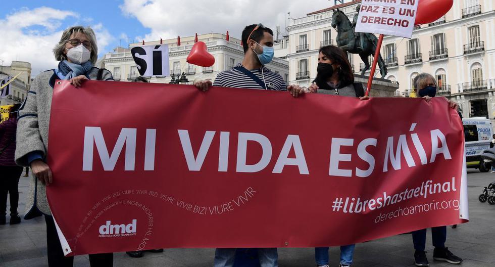 """La gente sostiene un cartel que dice """"Mi vida es mía"""" durante una manifestación en apoyo de una ley que legaliza la eutanasia en Madrid (España), el 18 de marzo de 2021. (JAVIER SORIANO / AFP)."""