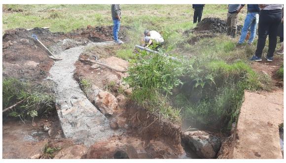 Un grupo de pobladores exige que las autoridades ejecuten proyectos para mejorar calidad del agua que consumen. La comuna asegura que las aguas son aptas para la población.