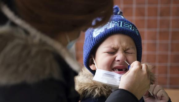 Una mujer realiza una prueba de coronavirus COVID-19 aun niño en un sitio móvil de pruebas. (EFE/EPA/Justin Lane/Archivo).