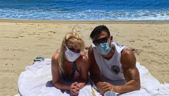 Britney Spears disfruta de la playa junto a su novio Sam Asghari. Ambos usan tapa boca para evitar el contagio del nuevo coronavirus. (Instagram)