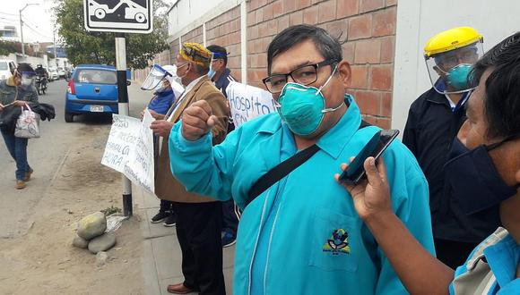 Un enfermero falleció a causa del coronavirus. Su muerte ha causado indignación entre sus compañeros de trabajo y amigos, quienes protestaron en el hospital Hipólito Unanue, en Tacna.