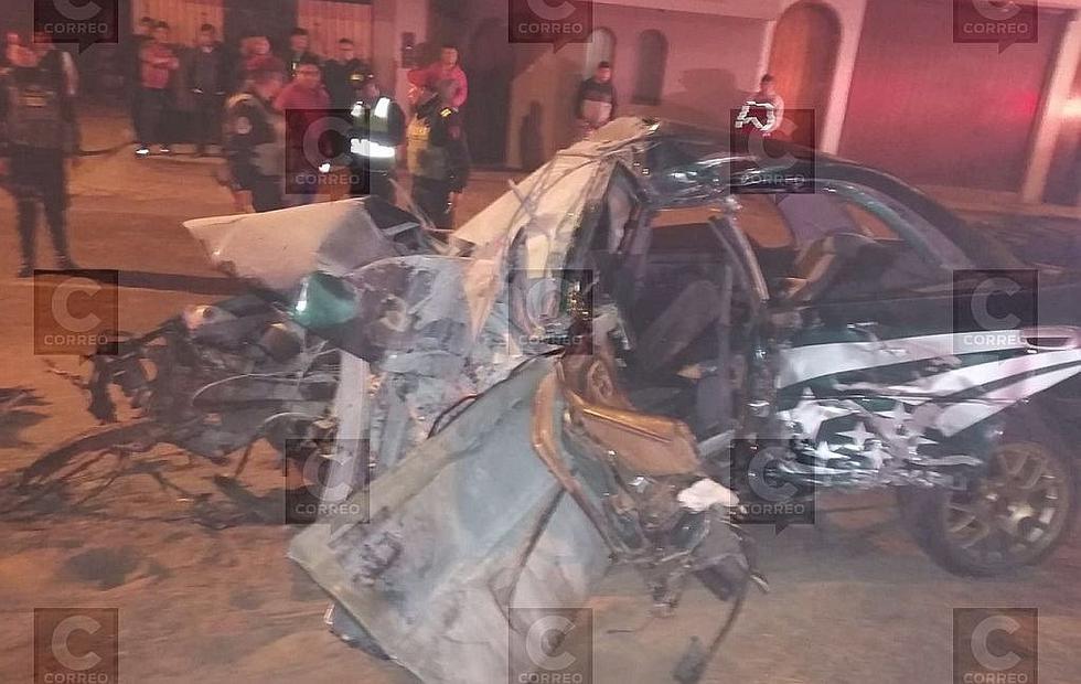 Auto conducido por policía se estrella contra poste de anuncio publicitario y deja dos heridos