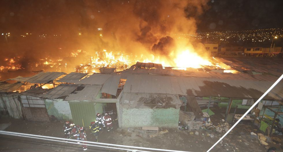Hasta el lugar llegaron diez unidades de bomberos para atender el siniestro que logró ser controlado unas horas después desde que inició. (Foto: José Caja)