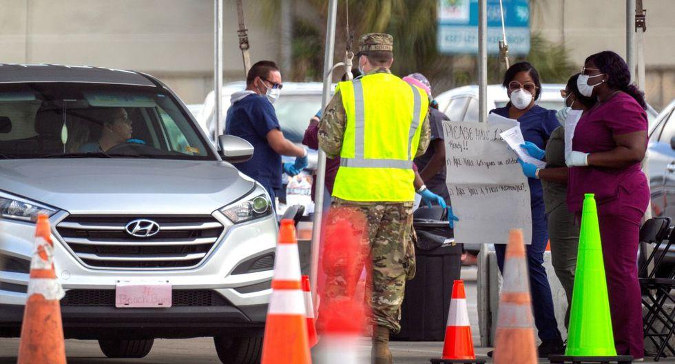 Miembros de la Guardia Nacional del Ejército de Florida desplegados en la zona de pruebas de coronavirus en el estacionamiento del estadio Super Bowl de Hard Rock Café en Miami. (Foto: EFE)