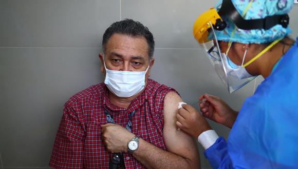 Médico recibiendo la primera dosis de las dos que tiene que inocularse toda personal para evitar cuadros graves por COVID-19. Foto: Hugo Curotto / @photo.gec