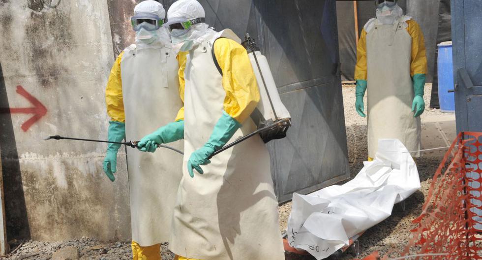 En esta foto de archivo tomada el 8 de marzo de 2015, miembros de la Cruz Roja de Guinea trasladan el cuerpo de una persona que murió por el virus del Ébola en el hospital Donka de Conakry (Guinea). (CELLOU BINANI / AFP).