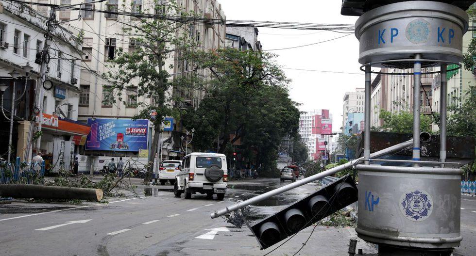 Un semáforo dañado después de que el ciclón Amphan tocara tierra, en Kolkata, India, el 21 de mayo de 2020. (EFE / EPA / PIYAL ADHIKARY)