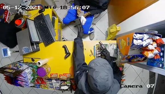 Ladrones ingresan a minimarket y amenazan con arma de fuego para llevarse 2 mil 500 soles