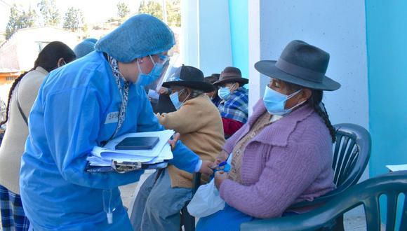 Pobladora andina se prepara para recibir el antígeno contra la COVID-19. (Foto: Cortesía Diresa)