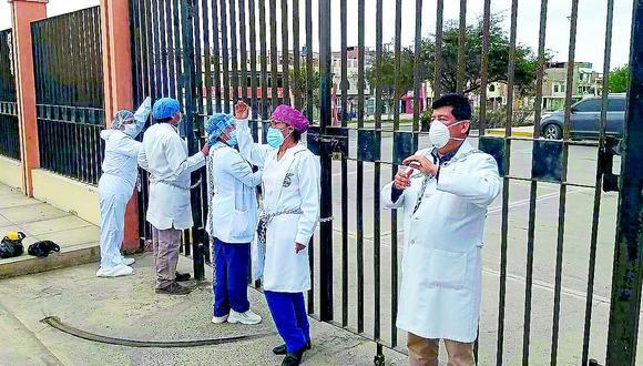 Médicos se encadenan para pedir salida de director