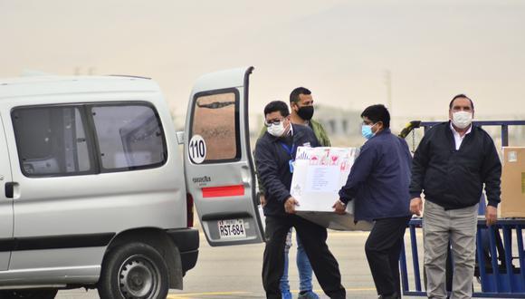 En el aeropuerto Coronel FAP Carlos Ciriani de Tacna se recibió un nuevo lote de 52,650 antígenos de Pfizer. (Foto: Difusión)