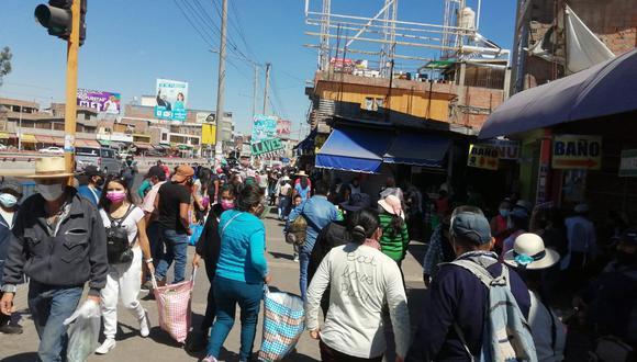 Personas acuden a la plataforma comercial Andrés Avelino Cáceres para realizar compras por Semana Santa. (Foto: Correo)