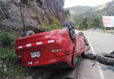 Conductor ocasiona accidente y huye dejando su vehículo a un lado de la pista, en Huancavelica