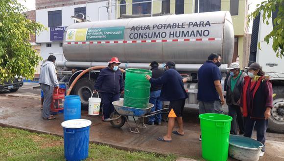 Población tuvo que buscar cisternas de agua para poder abastecerse ante corte del suministro por colapso de tubería