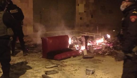 sillas, mesas, cajas de cervezas y otros, fueron prendidos con fuego en la vía pública. (Foto: Difusión)