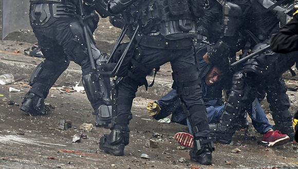 Agentes de la policía colombiana arrestan a un manifestante durante una protesta contra el gobierno en Cali, Colombia, el 10 de mayo de 2021. (Foto: LUIS ROBAYO / AFP)