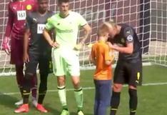 Gesto de crack: Haaland le firmó la camiseta a niño en pleno partido (VIDEO)