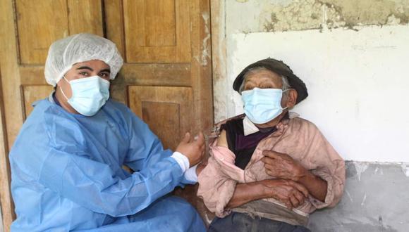 Don Marcelino recibe dosis de Astrazeneca contra el coronavirus/foto: Red de Salud