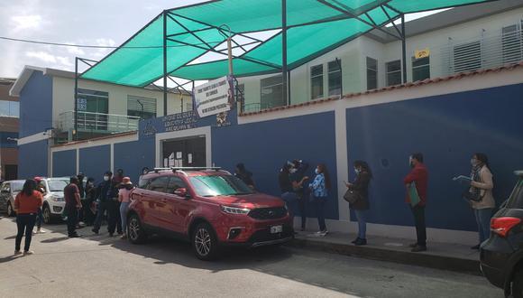 Profesores forman largas colas en la UGEL Arequipa Sur para recoger resolución de contrato