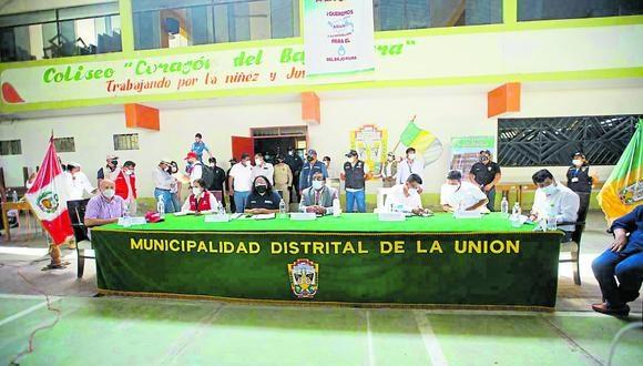 Solangel Fernández se reunió con las autoridades y población, así como lo prometió durante el paro indefinido realzado por los moradores. La obra de agua y alcantarillado se reiniciará el 1 de marzo. (Foto: MVCS)