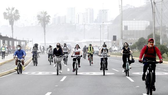Personas aprovechan la ausencia de vehículos para hacer actividades deportivas. Foto: Jesús Saucedo / @photo.gec