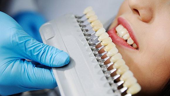 La odontóloga Natalia Córdova y la psicóloga Juliana Sequera analizan la tendencia del uso de carillas dentales.