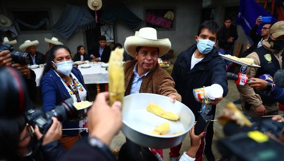 """Cuando la jornada de ayer recién comenzaba, el aspirante presidencial de Perú Libre, Pedro Castillo -en completa discrepancia con sus antecedentes- recibió a la prensa que lo rodeaba para cubrir su desayuno con estas palabras: """"Bienvenidos ustedes, jóvenes periodistas, a los medios de comunicación"""". (Foto: Hugo Curotto / @photo.gec)"""