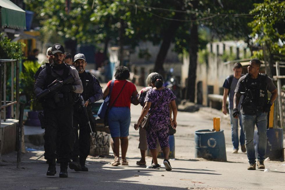 Imagen de la Policía Civil de Río son vistos durante un operativo contra narcotraficantes en la favela Jacarezinho en el estado de Río de Janeiro, Brasil, el 6 de mayo de 2021. (MAURO PIMENTEL / AFP).