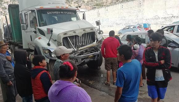 Trailer arrasa con varios vehículos a su paso tras vaciarsele los frenos