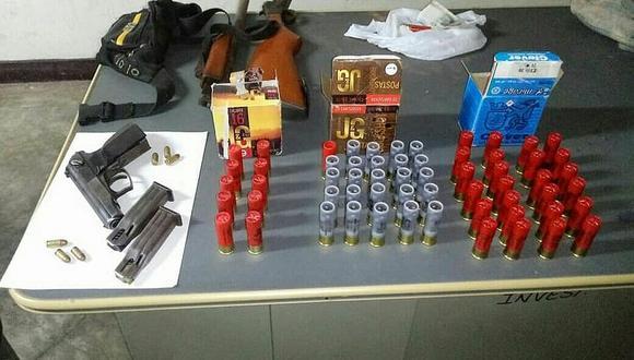 Detienen a hombre que tenía un arsenal de armas en su vivienda