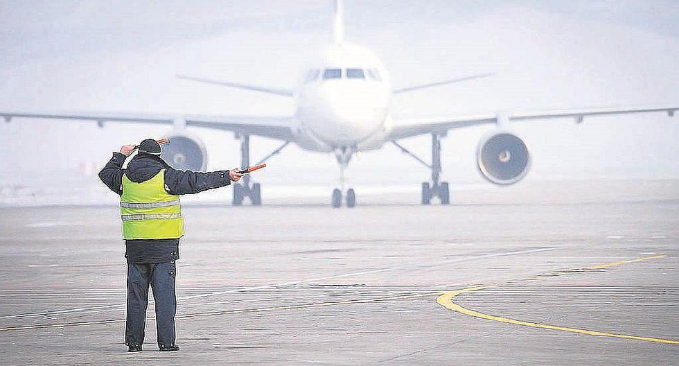Pasajero que llegó tarde a aeropuerto intenta detener avión invadiendo la pista