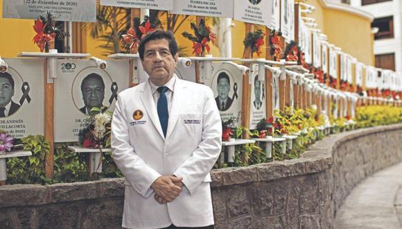"""Decano del CMP, Miguel Palacios, exhortó a la población a cumplir medidas sanitarias. Señaló que si bien el Gobierno flexibiliza los aforos, esta medida tiene la """"debilidad que nadie los supervisa""""."""