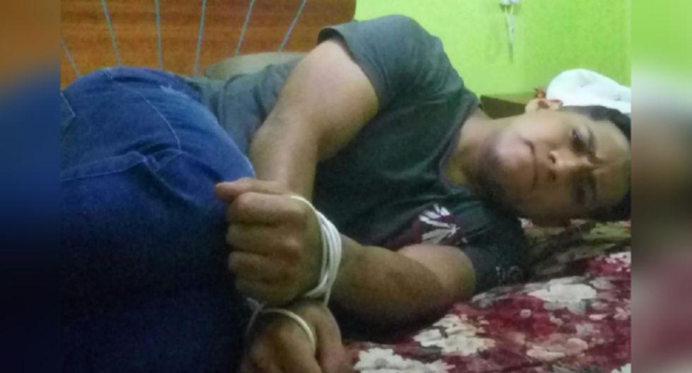 El sujeto usó el temporizador de su celular para tomarse fotografías y enviárselas por WhatsApp a su padre.
