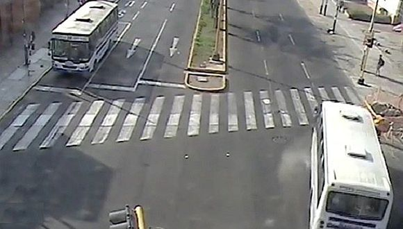 Pueblo Libre: Conductor de bus se pasa la luz roja y atropella a motociclista embarazada (VIDEO)