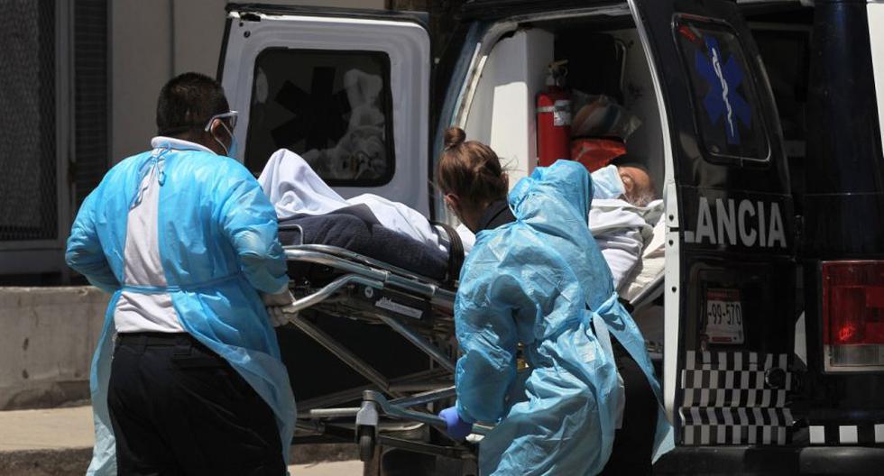 Paramédicos ingresan a una persona enferma al Hospital General de Ciudad Juárez, en el estado de Chihuahua. (EFE/Luis Torres).