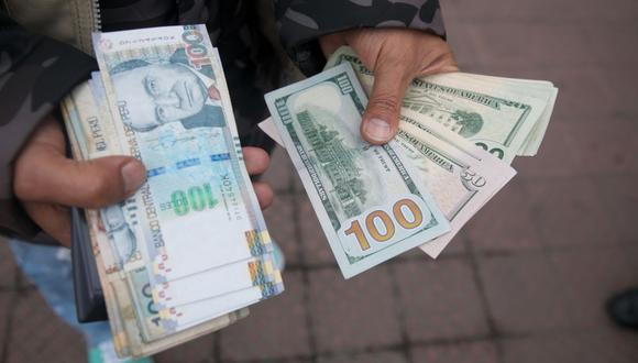 En el mercado paralelo o casas de cambio de Lima, el tipo de cambio se cotizaba a S/ 3.875 la compra y S/ 3.920 la venta de cada billete verde. (Foto: Eduardo Cavero / GEC)