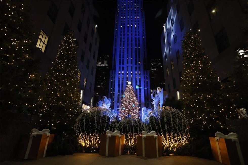La ciudad de Nueva York (Estados Unidos) inauguró este miércoles la época navideña con el tradicional encendido de luces del gigantesco árbol del Rockefeller Center, aunque este año, por el coronavirus, fue una ceremonia que solo pudieron ver en vivo un puñado de personas, mientras el resto de fanáticos de este evento debió seguirlo por televisión.