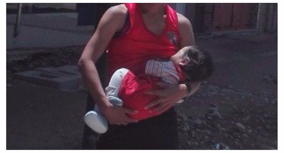 Atleta que participa en maratón se detiene para dar de lactar a su bebé (FOTO)