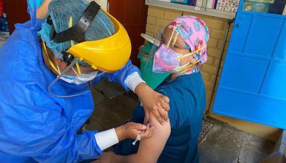 La doctora Marisa Cabrera recibió la primera dosis de la vacuna de Sinopharm en el hospital San Bartolomé. (Foto: Captura video / Colegio Médico del Perú)
