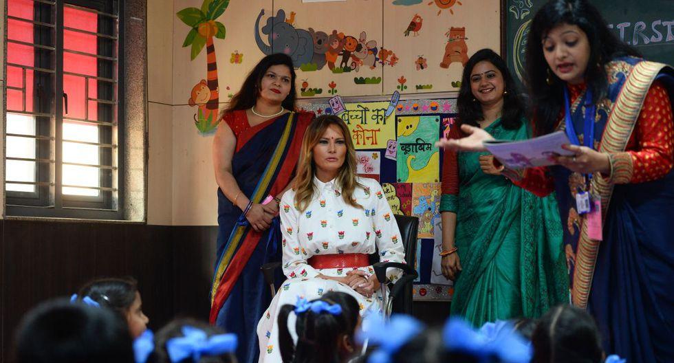 La Primera Dama de los Estados Unidos, Melania Trump, se sienta en un salón de clases con maestros y estudiantes durante su visita a la Escuela Secundaria Senior Sarvodaya Co-Ed, en Nueva Delhi. (AFP)