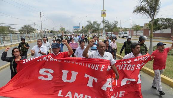Trabajadores administrativos de colegios iniciaron huelga indefinida